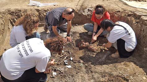 High-school-students-working-at-the-Yehud-excavation.jpeg